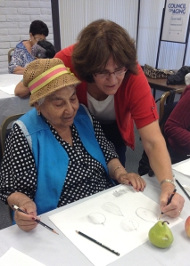 Diane Daly giving feedback to Treasures' student. Photo courtesy of Bowers Museum/Council on Aging Orange County © 2014.